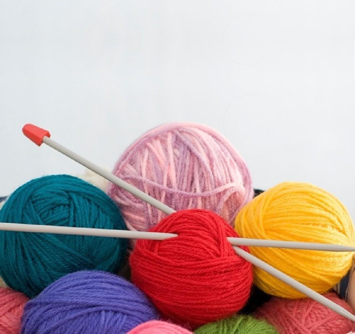 Gomitoli di lana e ferri per lavorare a maglia da donare per un corso a135cc32a93a