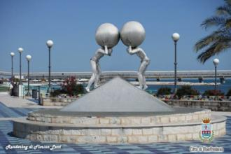 Un'enorme scultura dell'artista tedesco Lettl su 'La Rotonda'