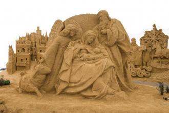 Scultori di sabbia hanno realizzato lo stupendo Presepe architettonico