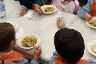 Le scuole a Bari riaprono con una novità: plastica ridotta nelle mense