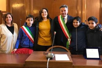 Il sindaco Landella premia due ragazzi per un nobile gesto compiuto