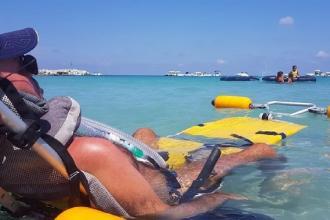 La spiaggia per malati di Sla riapre grazie a speciali poliziotti