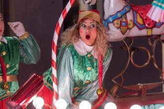 Ai piedi del Castello Wonder Christmas Land con elfi e Babbo Natale