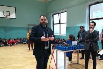Il sindaco Cavalieri consegna 350 borracce ad altrettanti alunni