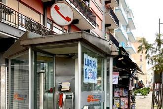 Lo street artist Borgiac inventa le librerie-telefoniche