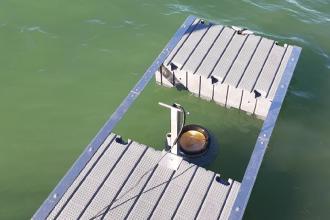 Nella rada della Lega navale tre cestini per risucchiare i rifiuti in