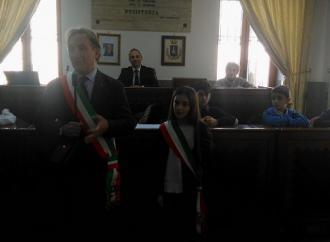 Il sindaco Iaia consegna la fascia al sindaco dei ragazzi Farina