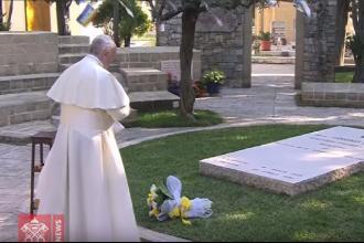 Il Papa sulla tomba di don Tonino Bello ha pregato per la pace