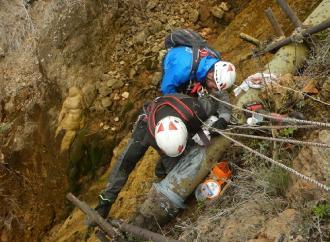 Tecnici rocciatori riparano una perdita della condotta su una roccia