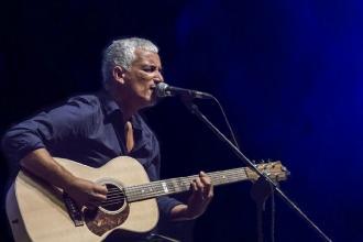 Bungaro canta nella piazza della sua città con special guest Casarano