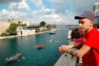 Ponte Girevole aperto e defilamento nel canale per il Trofeo del Mare