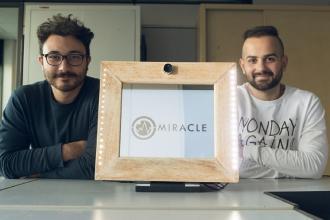 I giovani inventori dello specchio 'miracoloso' rivelano l'invenzione
