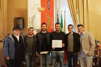 I talentuosi 'inventori' dell'App Green cash ricevuti dal sindaco