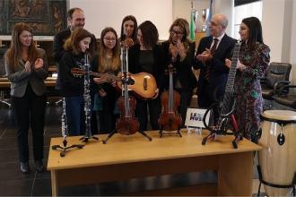 Gli avvocati donano strumenti musicali a due scuole di Bari