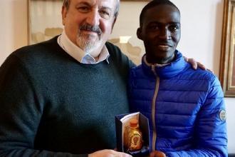 """Il premio """"Radice di Puglia"""" al nigeriano Richard Iyere"""