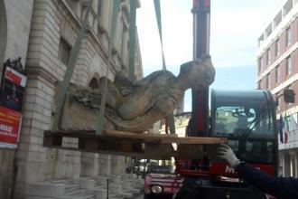 """Prelevati i due angeli e lo stemma dalla facciata del Teatro """"Curci"""""""