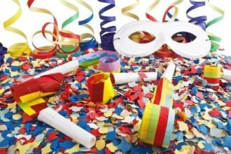 Studenti e gruppi allegorici pronti a sfilare per il Carnevale