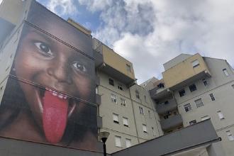 Ascolta e parla il murale tecnologico nel complesso popolare Candelaro
