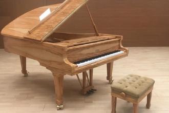 Un pianoforte in legno d'ulivo per il concerto in uliveto