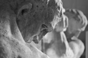 Via Sparano galleria d'arte con i telamoni dell'ex palazzo Dioguardi
