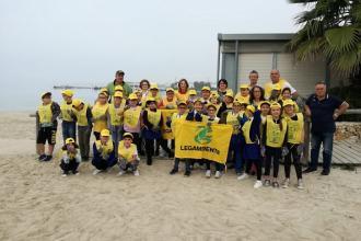 Studenti hanno ripulito spiaggia e dintorni dai rifiuti abbandonati