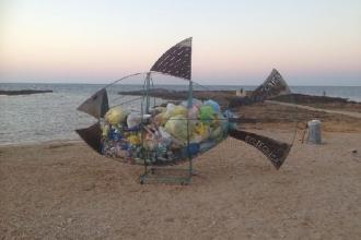Il pesce 'mangia plastica' dalle spiagge nelle scuole