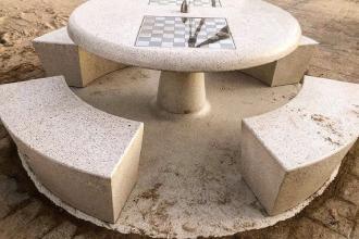 La spiaggia di Pane e pomodoro arricchita con tavoli con scacchiera