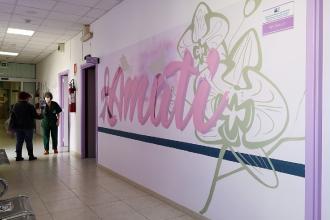 Tre parole per altrettanti murales sulle pareti della Senologia
